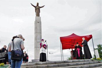 BpJan Wątroba poświęcił pomnik Chrystusa Króla wJaśle