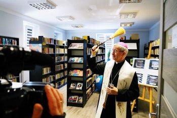 Biskup Wątroba poświęcił plebanię ibibliotekę wTrzcinicy