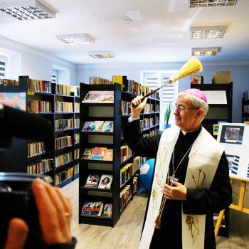 Biskup Wątroba poświęcił plebanię i bibliotekę w Trzcinicy